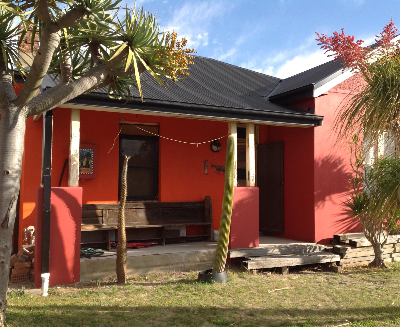 Типичный дом в Мексике. Мексиканцы любят сочные цвета.