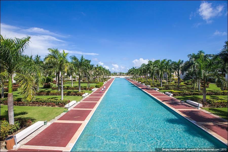 У многих зданий крыша из пальмовых листьев в традиционном гаитянском стиле. Удивительное решение, т.