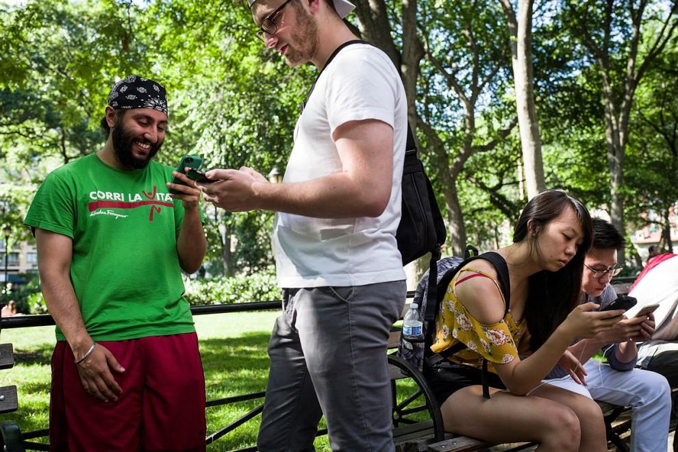 Мужчина играет в Pokemon Go в Брайант-парке в Нью-Йорке, США, 11 июля 2016 года. Сейчас он его пойма