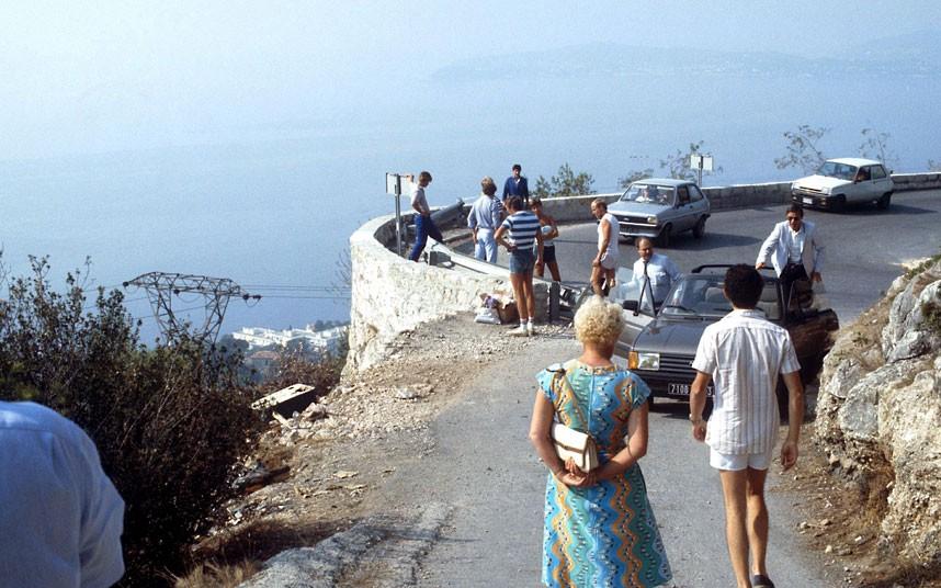 35. 1982 год. Люди собираются вокруг места, где княгиня Монако попала в автомобильную аварию.