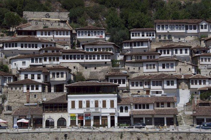 4. У всех домов большое количество деревянных окон, а ввиду плотности застройки и крутизны холма, ес