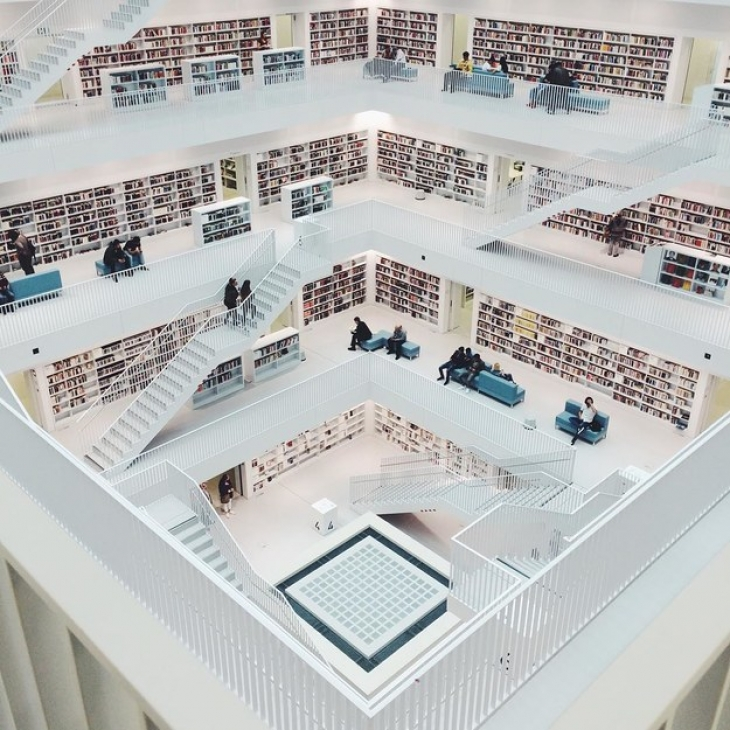 Городская библиотека Штутгарта примечательна тем, что, если в полночь в пятницу 13-е сесть на пол пе