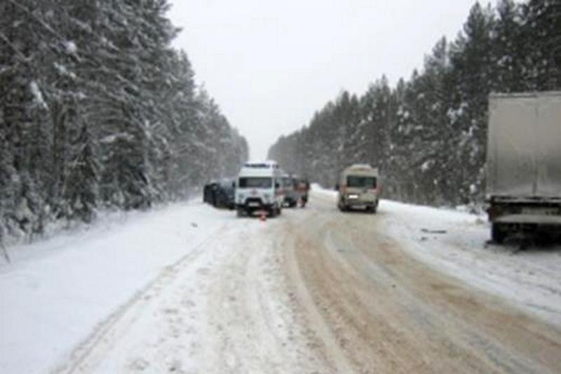ВКоми микроавтобус сдетьми столкнулся с грузовым автомобилем