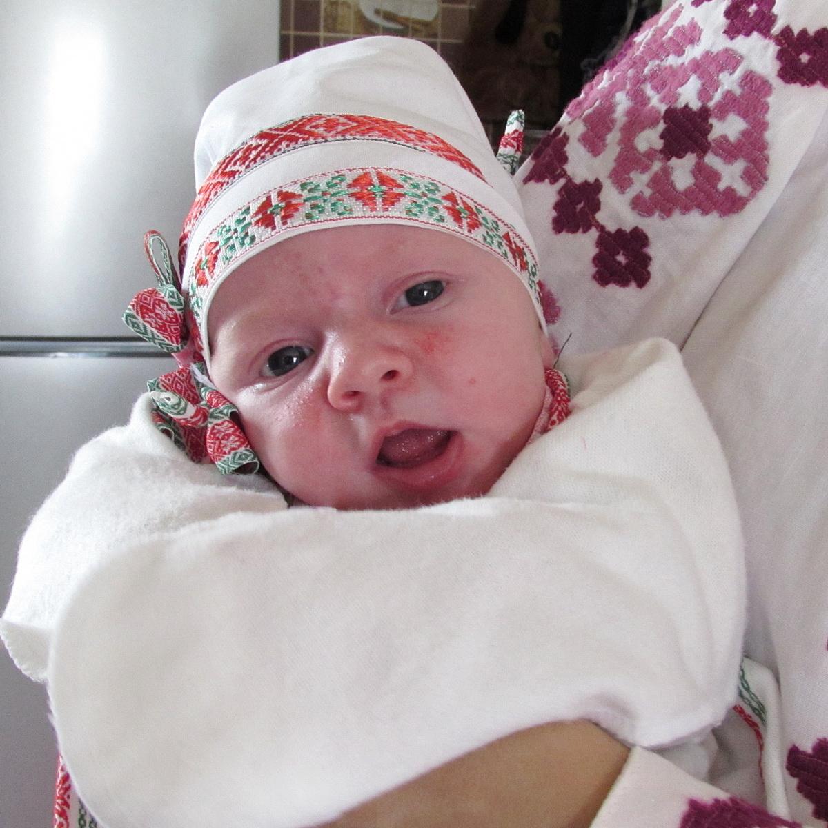 Новорожденным в Бобруйском районе дарят вышиванки