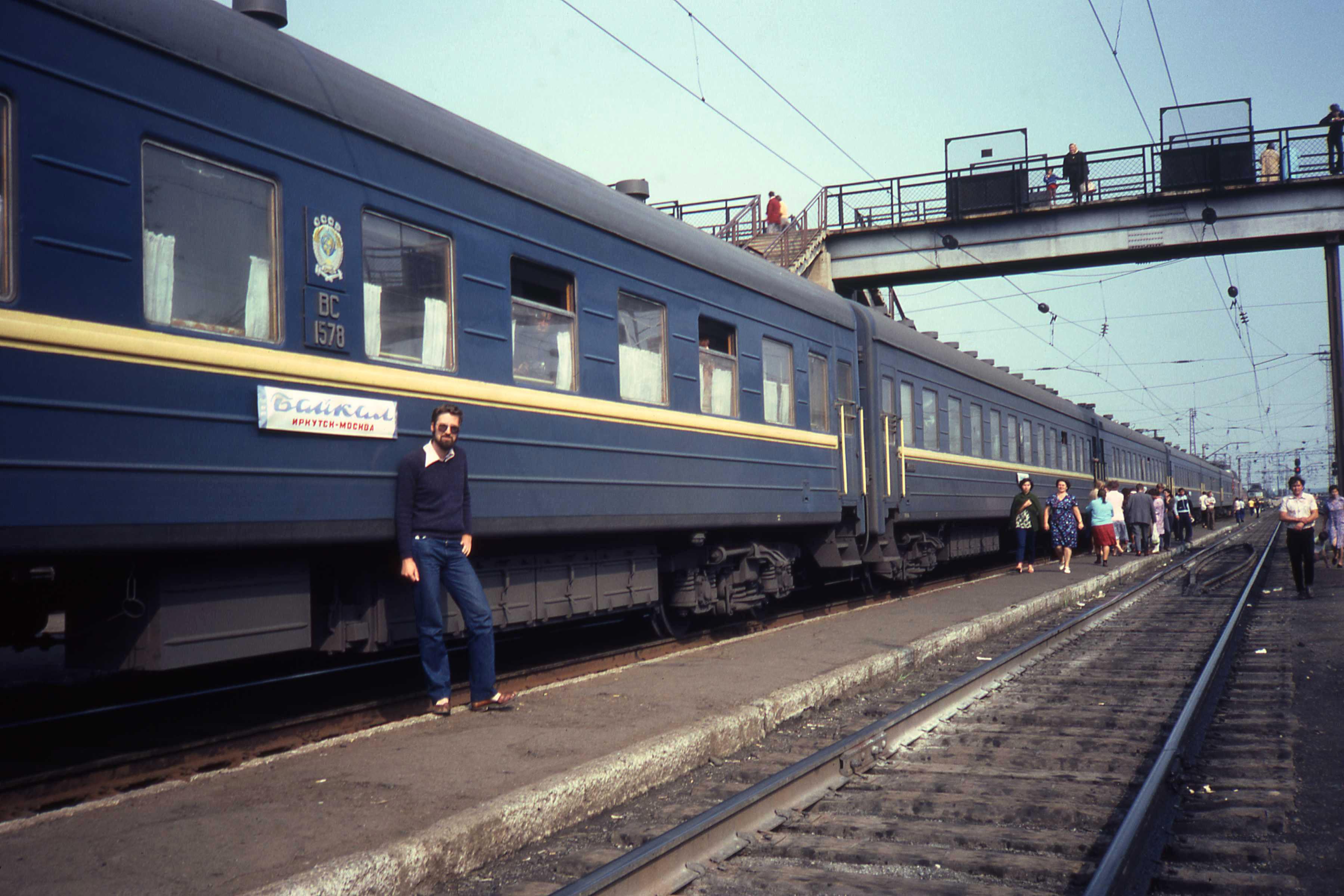 Фирменный поезд «Байкал» Иркутск - Москва во время стоянки на станции Балезино
