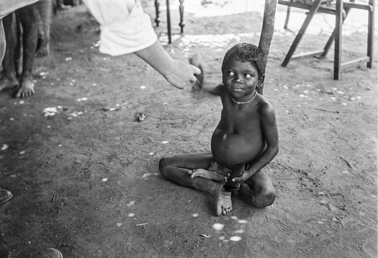 401. Мадугалла. Местного ребенка угощают бананом