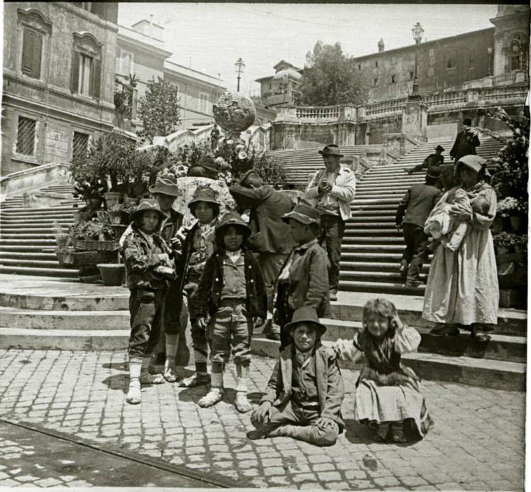 1903. Дети в национальных костюмах у Испанской лестницы. Рим
