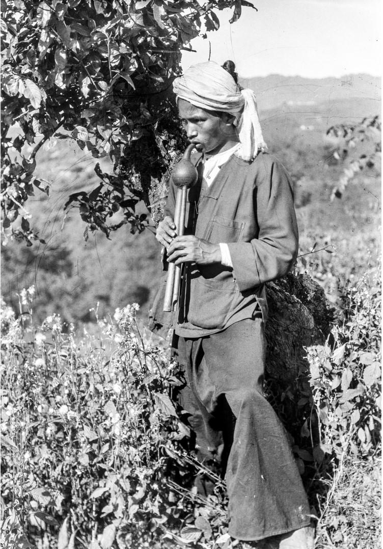 968. Мужчина играет на тыквенной флейте