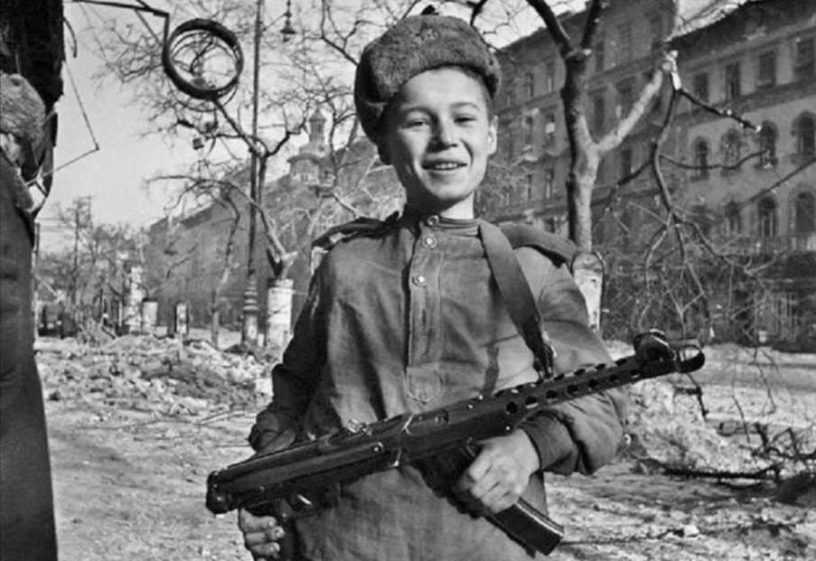 Сын полка с 7,62-мм пистолетом-пулеметом образца 1943 г. системы Судаева (ППС-43) на улице Будапешта.