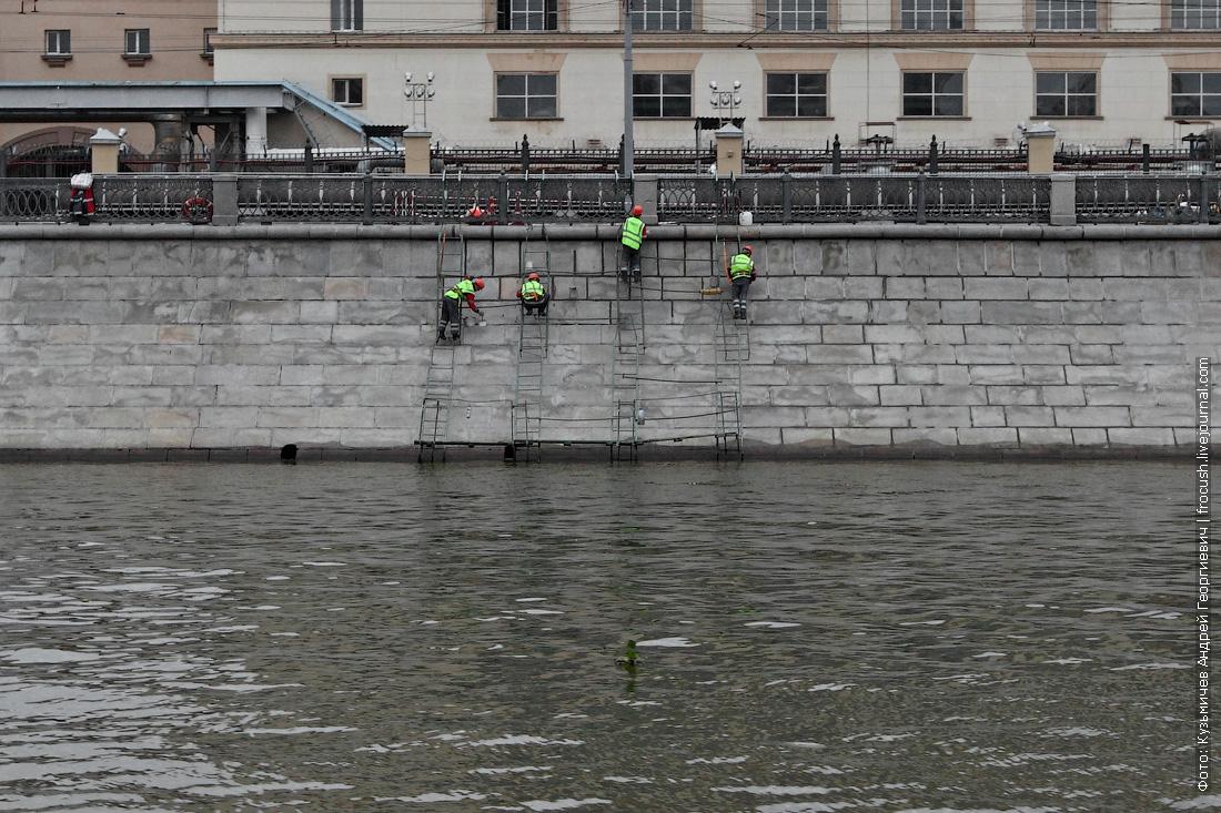 рабочие на гранитной набережной Москва-реки фото