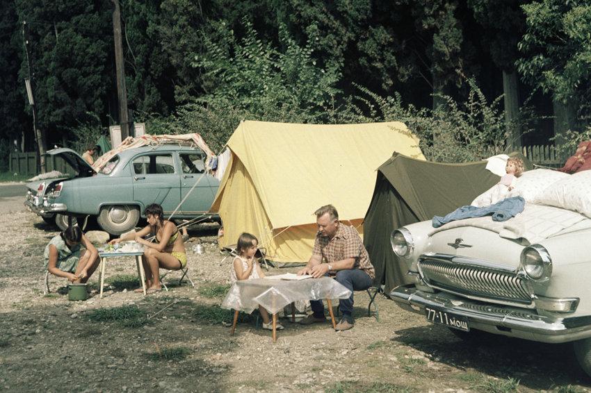 1 августа 1971 года. Отдых туристов на автотурбазе в Новом Афоне. РИА Новости2.jpg