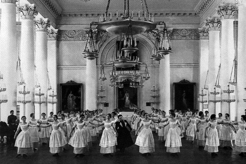 Воспитанницы Смольного института благородных девиц на уроке танцев (1889)..jpg