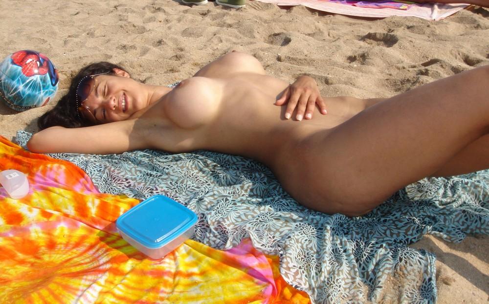 golie-telki-na-nudistskom-plyazhe