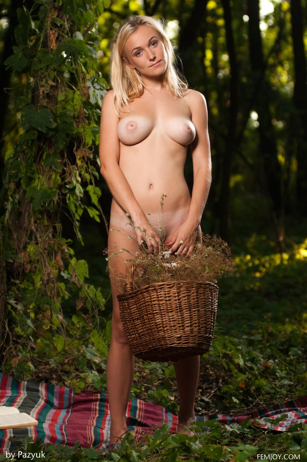 Vika в лесу на пикнике