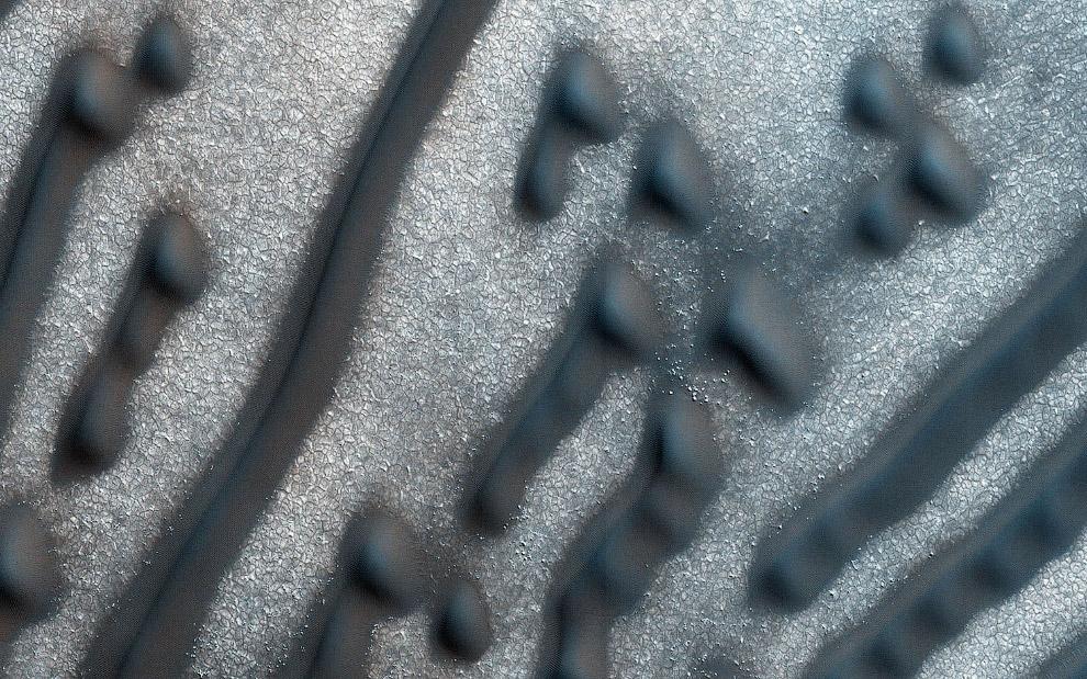 8. Внизу горы Шарп на Марсе. Шарп — марсианская гора, находящаяся в кратере Гейл. Высота горы с