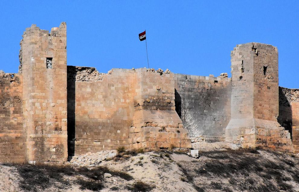 14. Солдат правительственных войск у исторической крепости в районе Баб аль-Хадид в Старом горо