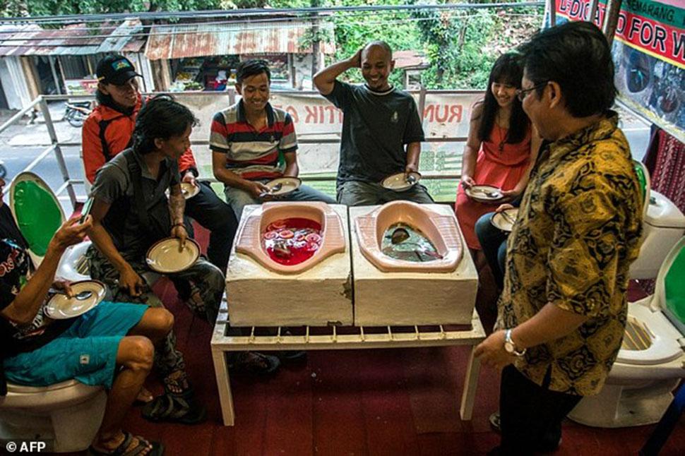 М-м-м, какая вкусняшка! В индонезийском ресторане подают лапшу из туалетов типа «сортир» (14 фото)