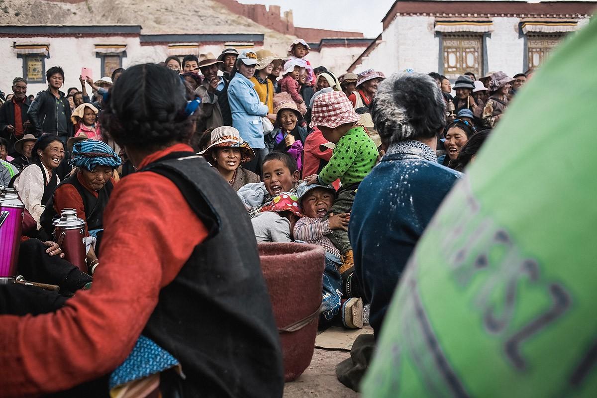 33. Для маленьких тибетцев это было страшное зрелище. Они плакали и прятались за взрослых.