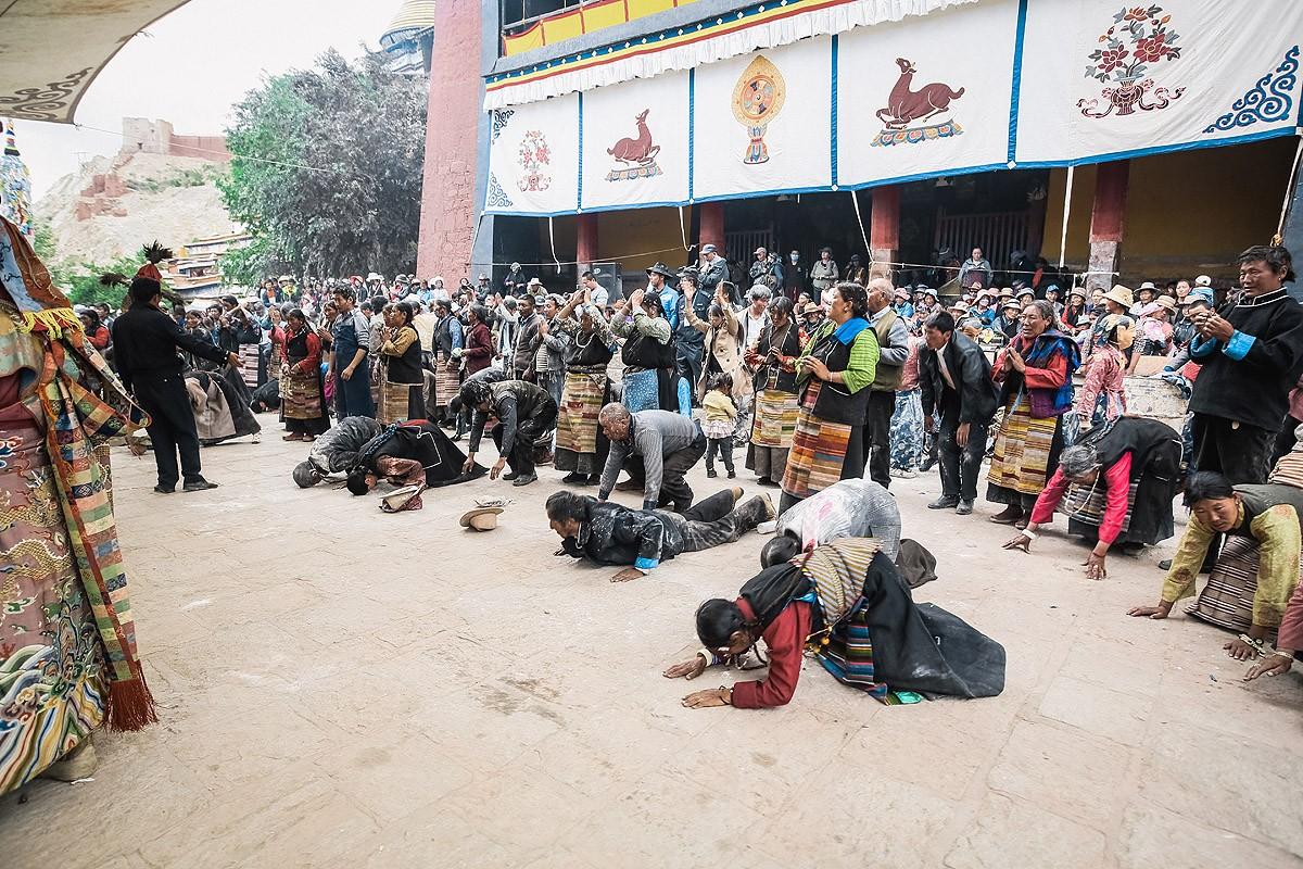 40. Огненная пуджа подходила к концу. В какой-то момент тибетцы стали делать простирания перед костр