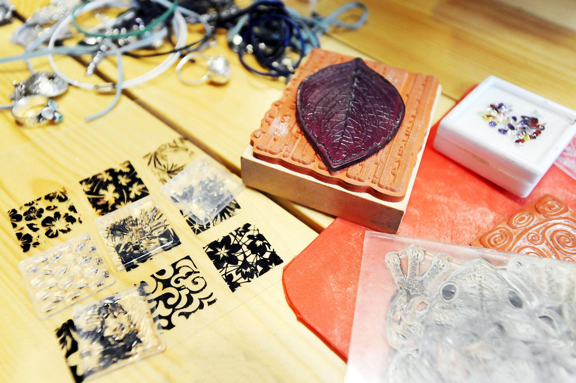 Различные штампы для получения отпечатков и оттисков на серебряной массе до обжига.