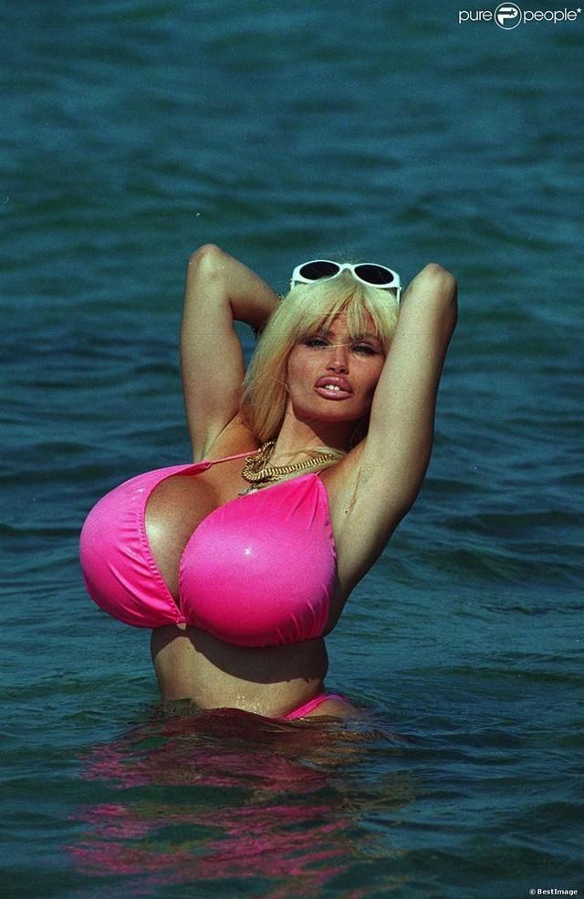 11.Танцовщица и звезда порноиндустрии Лоло Феррари является рекордсменкой французской Книги рекордо