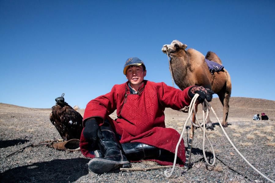 8. В дальний путь охотник с орлом отправляется на верблюде.