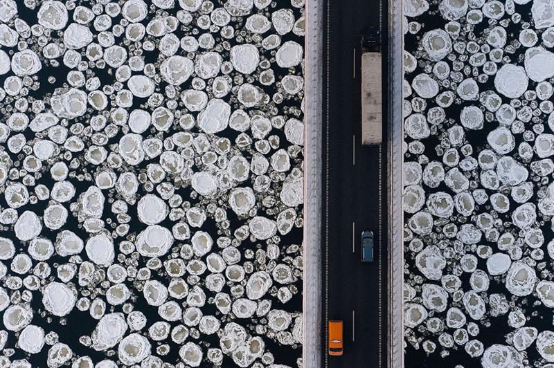 1. Мост над замёрзшей рекой.