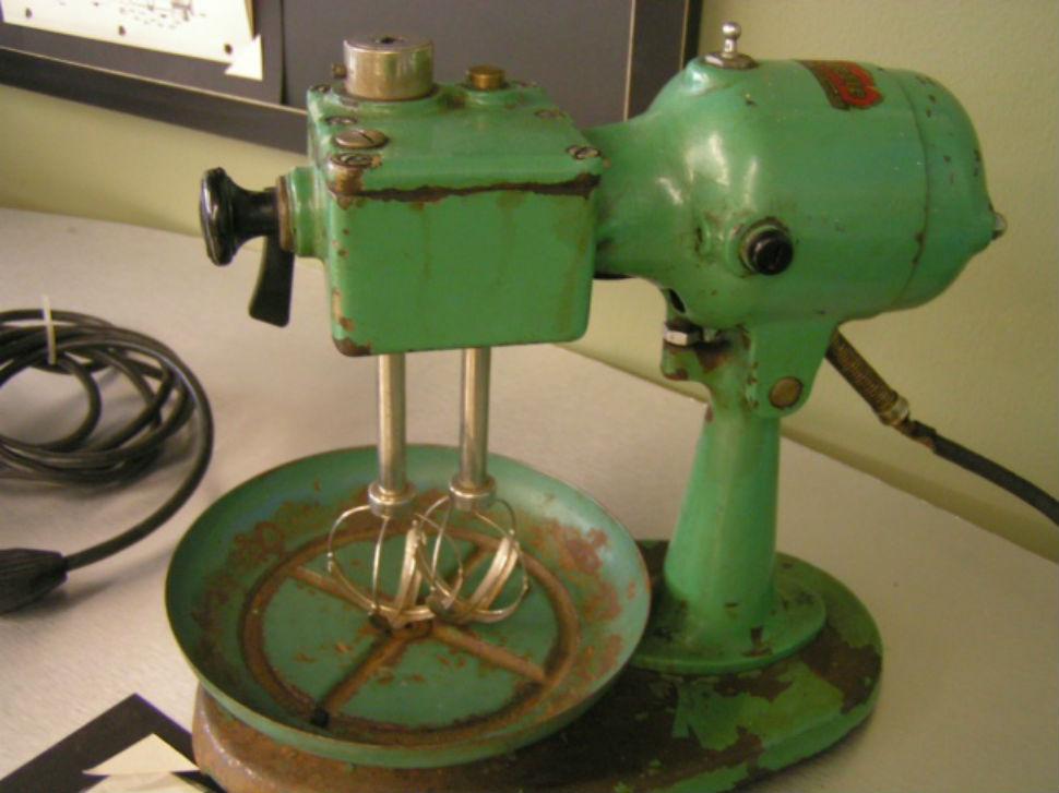 Один из первых миксеров, сделан в 1930-е годы.