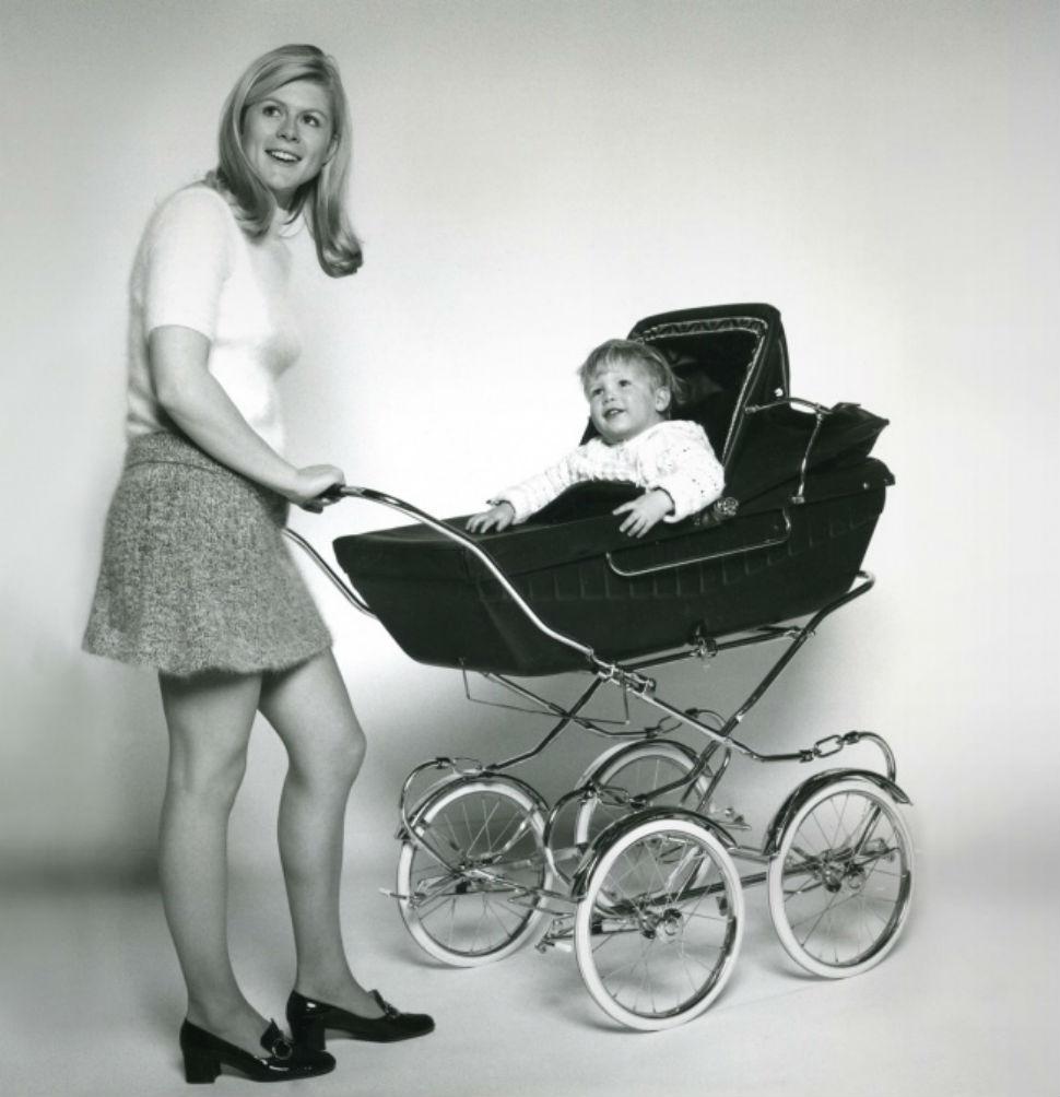 Детская коляска была изобретена в 1700-х, когда герцог Девонширский попросил архитектора Уильяма Кен