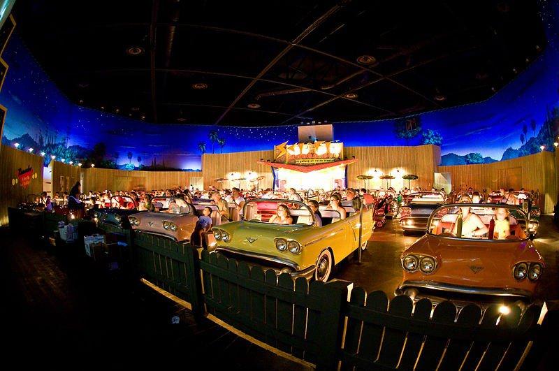 1. Этот необычный ресторан полностью сделан по образцу автомобильных кинотеатров под открытым небом