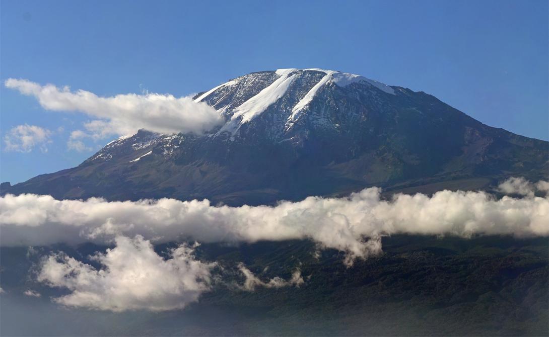 Гора Килиманджаро является самым высоким отдельно стоящим пиком в мире. С ее склонов смелому путешес