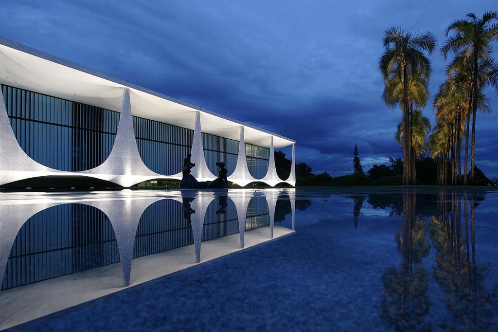 Бразилия. Бразилиа. Дворец Алворада является официальной резиденцией Президента страны. (Palacio