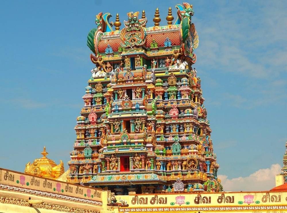 Храмовый комплекс огромен, местные жители проводят здесь все праздники. Он увенчан 14 гопурами — баш