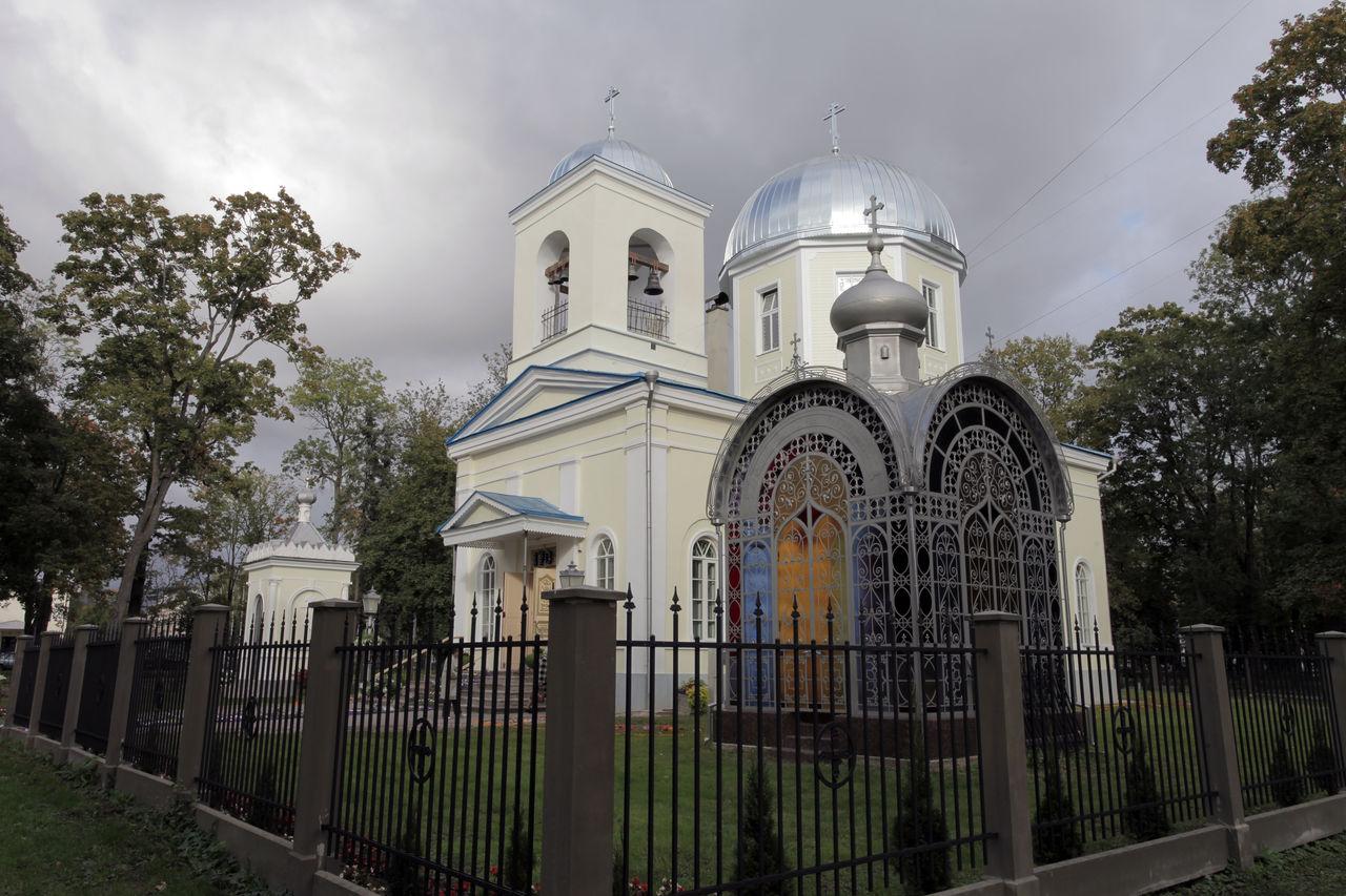 Отреставрированная усыпальница Карауловых на фоне обновлённого собора.