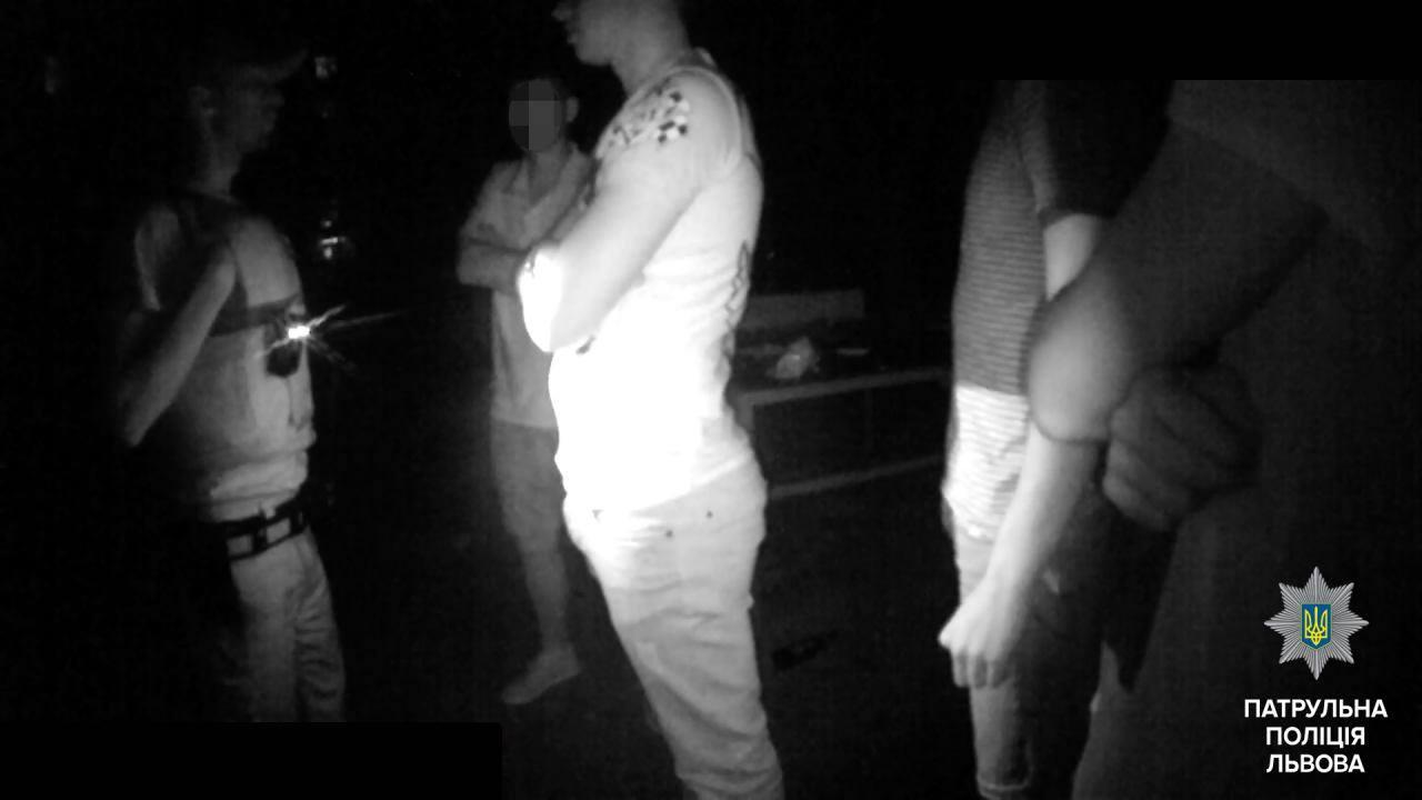 ВоЛьвове хулиганы избили полицейских иповредили ихавтомобиль
