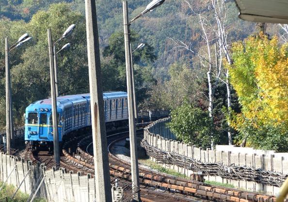 Всвязи сфутболом Киевское метро будет работать наодин час дольше