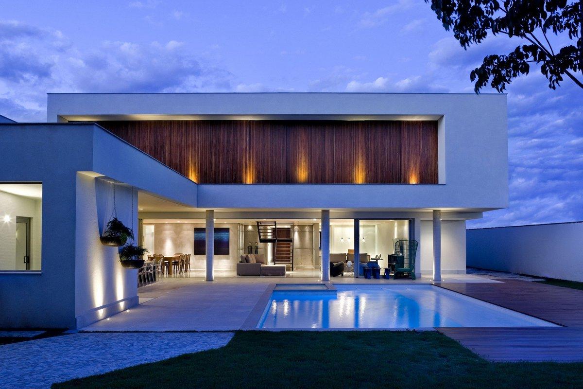 Частный дом с бассейном во дворе