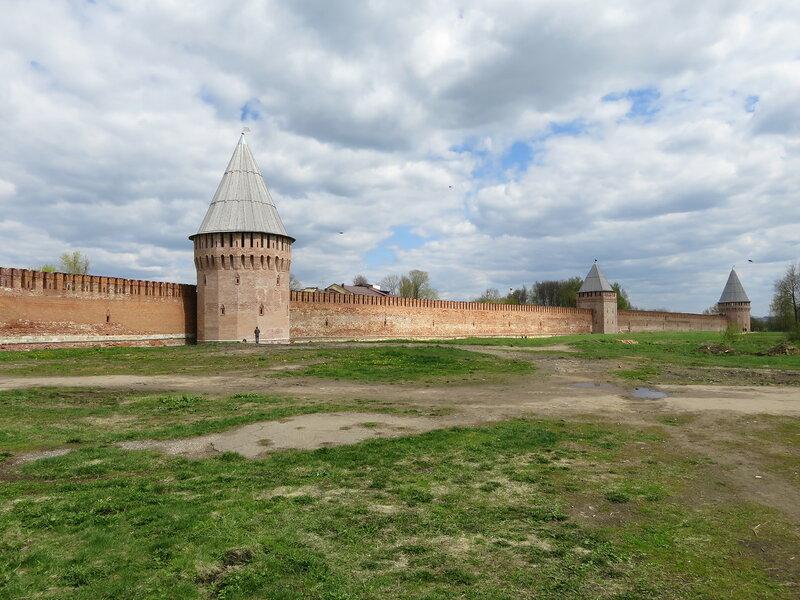 Юго-восточная стена. Башни Долгочевская, Воронина и Заалтарная.