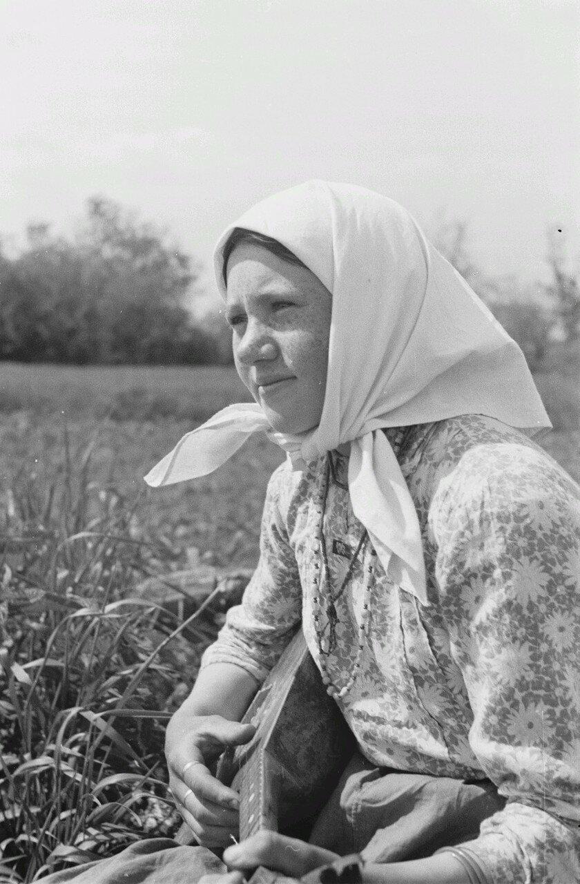 Портрет крестьянской девушки с балалайкой