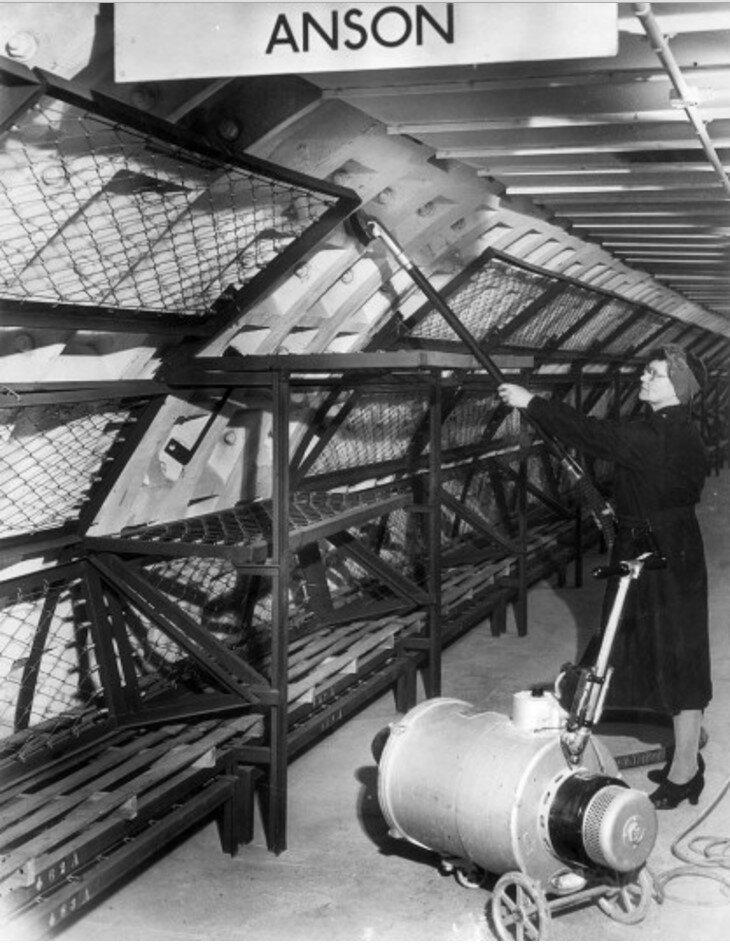 1942. Работница метро пылесосит двухъярусную кровать в подземном туннеле между Бэлем Хилл и Южным Ламбетом