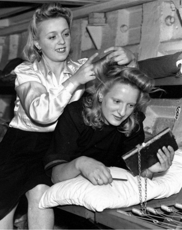 1940. Мисс В. Драйден причесывает мисс К. Ламборн в бомбоубежище лондонского метро