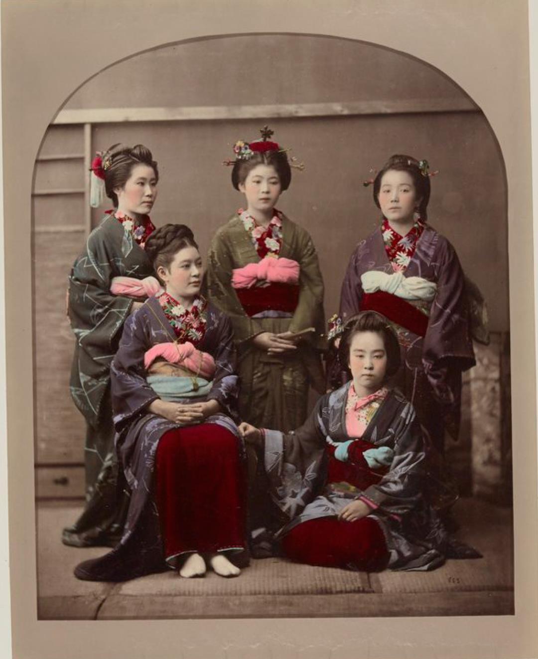 Группа из пяти девушек, одна из которых носит европейскую прическу