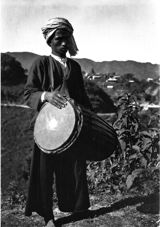 973. Мужчина с барабаном