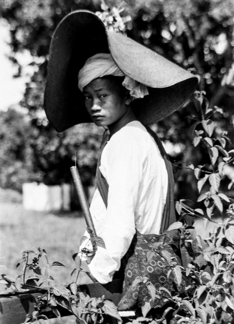 1057. Юноша в шляпе от солнца