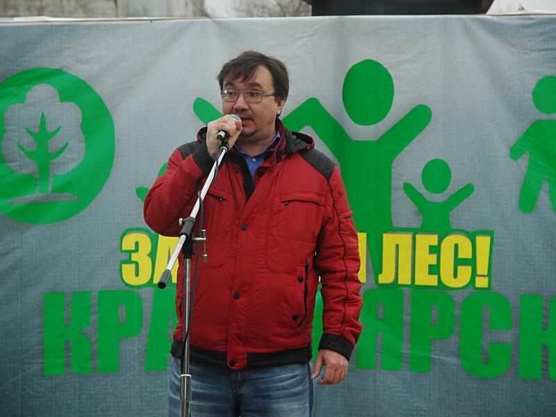 Александр Колотов выступает на митинге в защиту городских лесов Красноярска (фото Валерия Корчина)