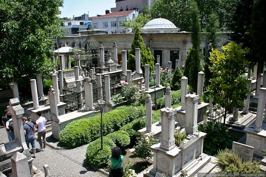 Кладбище возле мавзолея султана Махмуда II
