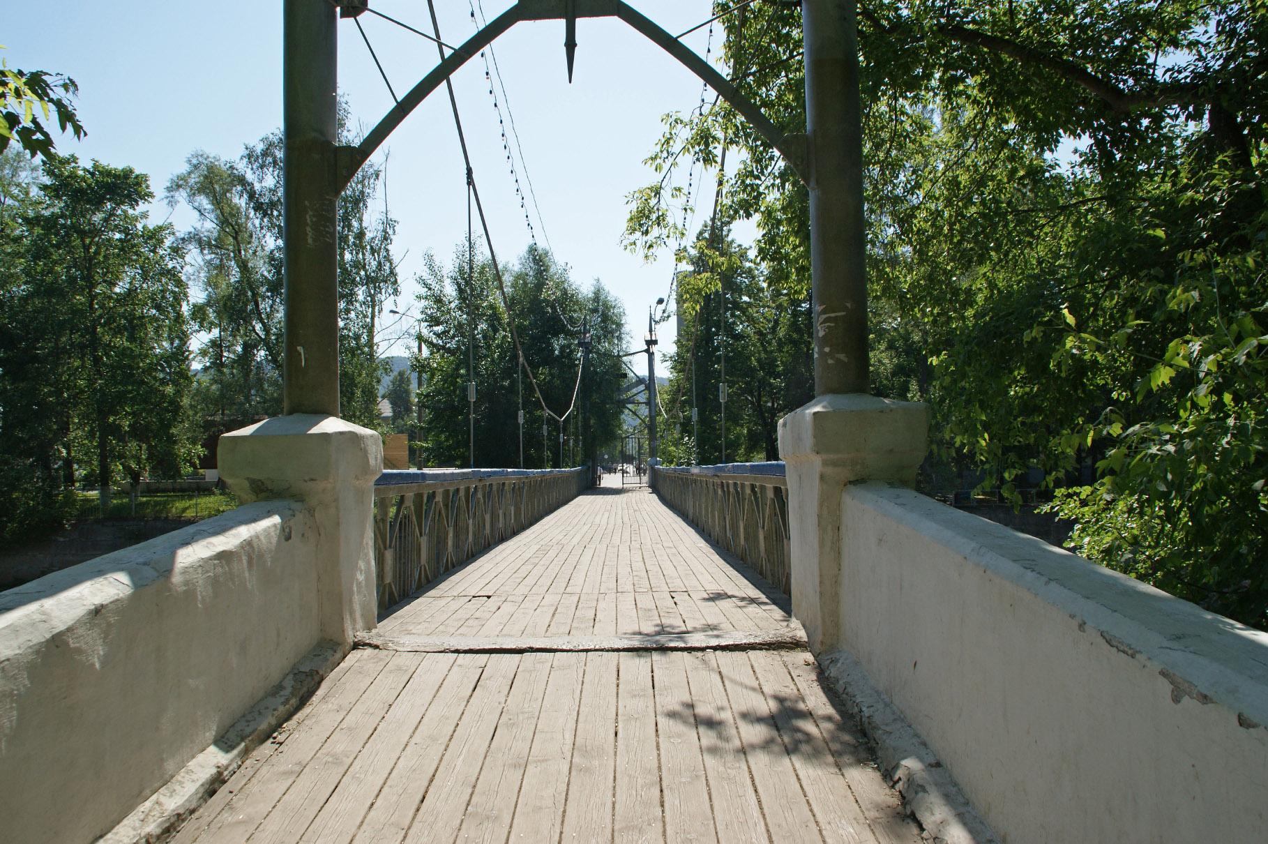 Пешеходный мост, ведущий в парк-остров (02.02.2015)