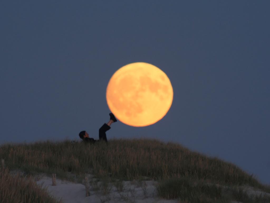Французский фотограф Лоран Лаведер играет с Луной 0 145d5c fc262e34 orig