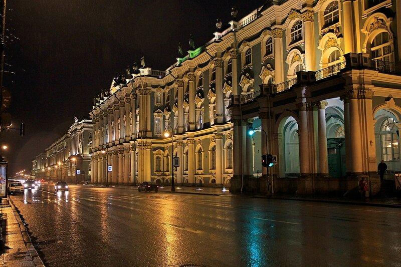Ночная Дворцовая набережная и здание Эрмитажа в ночной подсветке.