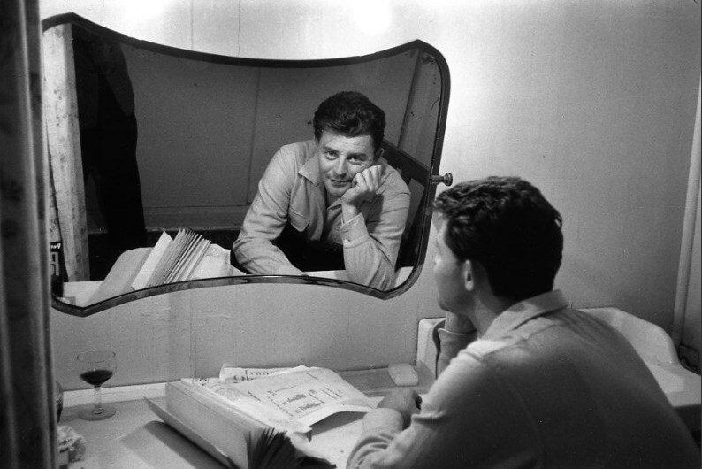1955. Жерар Филипп в раздевалке в студии Нейи